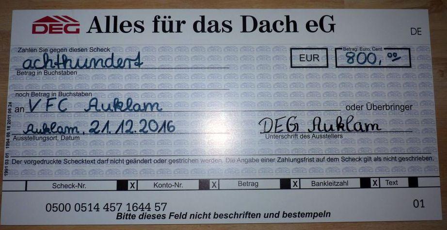 DEG-Chef Bernd Kremzow überreicht Spendenscheck