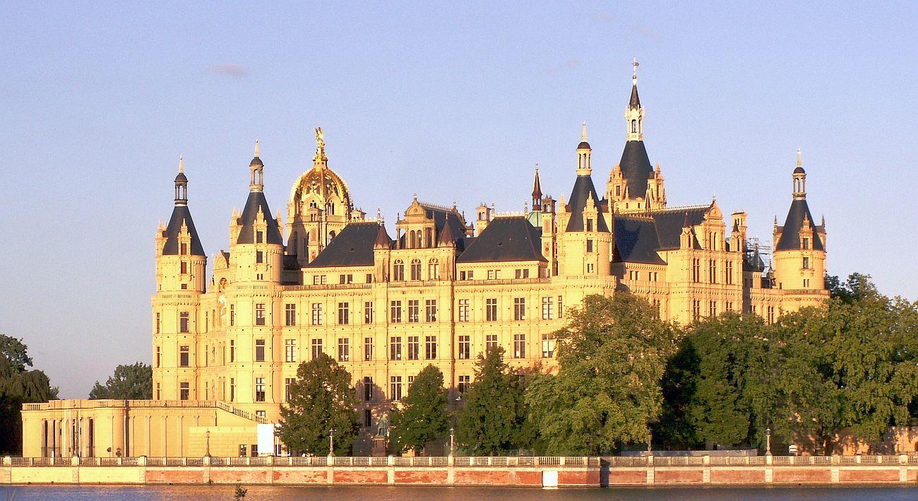 Nachwuchs-Kicker erkunden am Dienstag den Schweriner Landtag