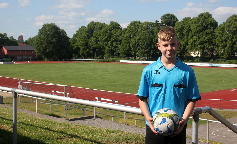 An der Pfeife mit 14 Jahren: Dieser Junge übernimmt Verantwortung