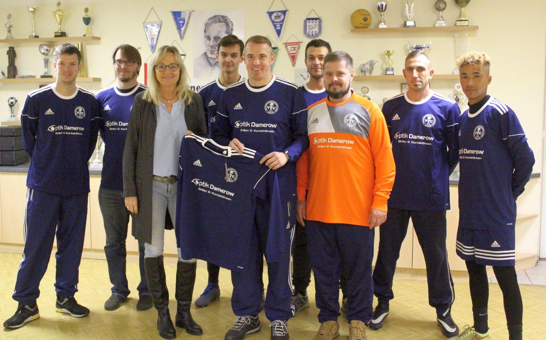 Augenoptikgeschäft Damerow sponsert neue Trikots für Kreisliga-Team