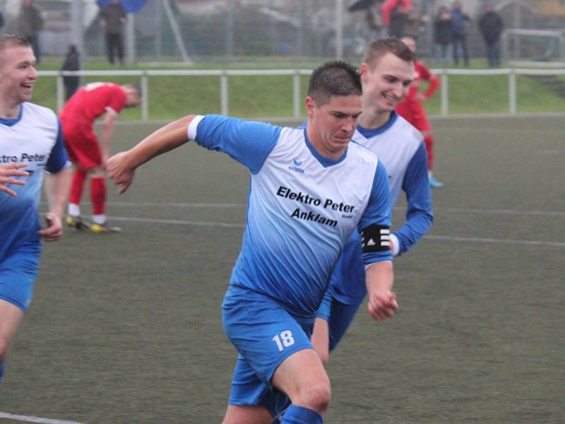 Landesliga-Kicker feiern verdienten 3:0-Sieg im Spitzenspiel