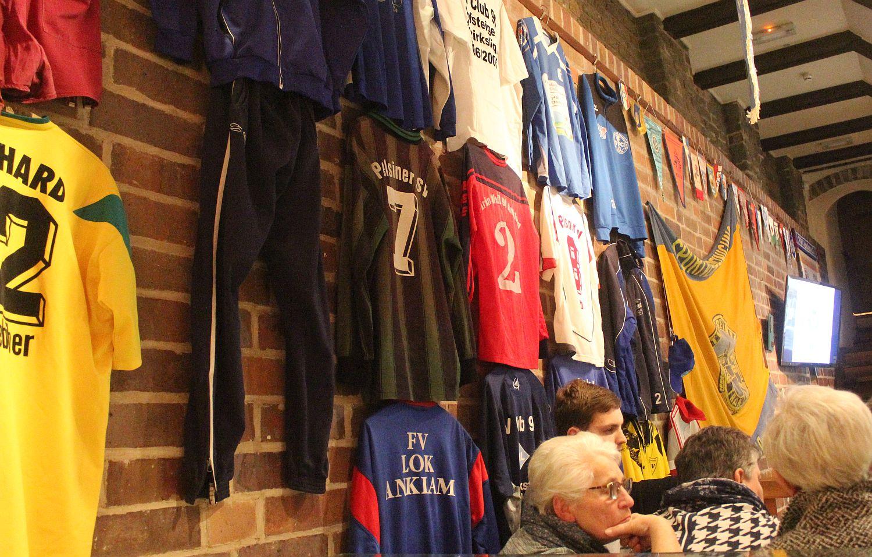 """Volle Hütte bei der Ausstellung rund um das Thema """"100 Jahre Fußball in Anklam"""""""