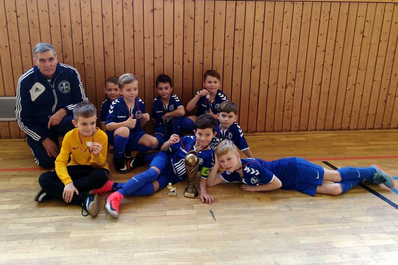F-Junioren bejubeln zweiten Platz unterm Strasburger Hallendach