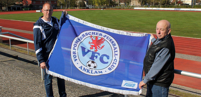 Unternehmer Jürgen Finke spendiert unserem Club eine neue Vereinsflagge