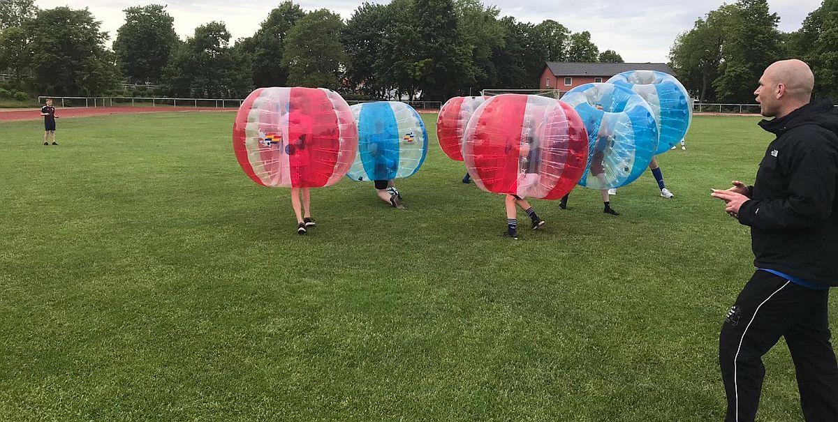 Abschlusstraining der D1: Bubblefußball sorgt für Extraspaß