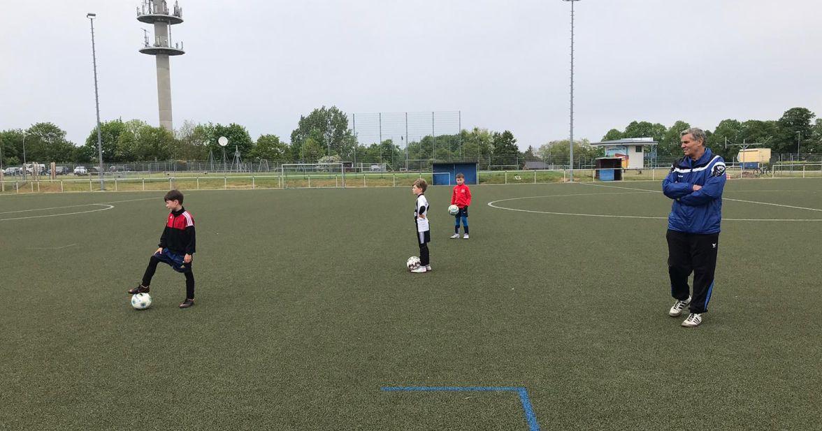 F-Junioren nehmen als erstes Team das Training auf