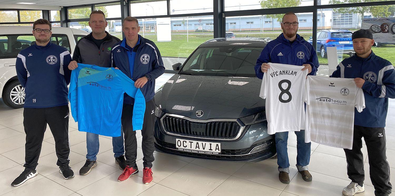 Autoforum Ruhnke GmbH stattet Kreisliga-Kicker mit neuen Trikots aus