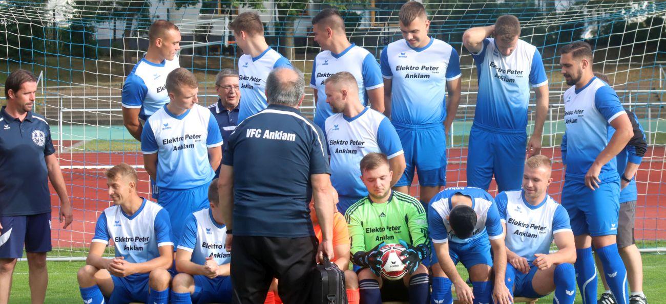 Landesliga-Team nimmt Aufstellung zum Mannschaftsfoto