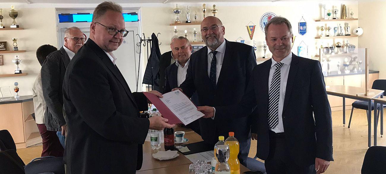 MV-Wirtschaftsminister Harry Glawe übergibt schriftliche Förderzusage für neues Multifunktionsgebäude