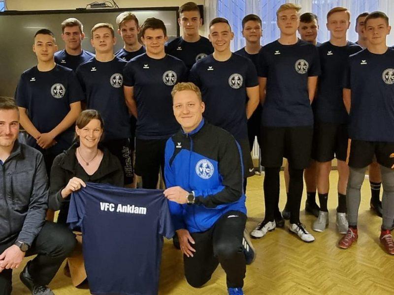 Julia und Marco Schulz sponsern neue Trainingsshirts für unsere A-Jugend
